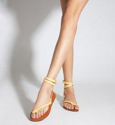 Sandália Rasteira de Tira Couro Amarela